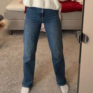 Slutsålda populära jeans från zara. Jättebra skick. Köpte för 400. 60kr frakt tillkommer.