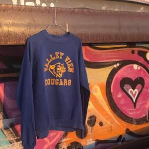 Vintage sweatshirt med Valley View Cougars motiv från Valley view high school i Arkansas. Tröjan är gjord av Russell athletic och är gjord i Usa. Tröjan är i bra vintage skick och är från sent 80-tal eller tidigt 90-tal, därav billigare pris då tröjan har blivit tunnare i materialet, fortfarande bra vintage skick dock. Skulle säga att tröjan är XS. Det är bara att skriva om du undra något, läs gärna bio innan dock! 🌱🌎🦁