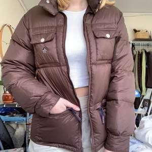 Perfekt till slutet av vintern/början av våren, jackan är från något Disney märke och har en liten mussepig på ena bröstfickan, finns en tunn regnligan som man kan stoppa in i kragen när den inte behövs🤎färgen är mörkare än på bilderna