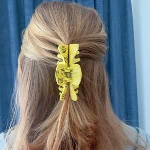 En gul handmålad hårklämma med vita och svarta spöken! ✨ Tillverkas endast en gång! Kostar 70 kr med FRI FRAKT 💖