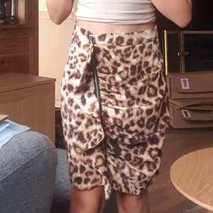 Säljer denna leopardmönstrade kjolen från Bik Bok då den inte är min stil ❣ Den är i superskick! Den har en svart underkjol. Köparen står för frakten 📦