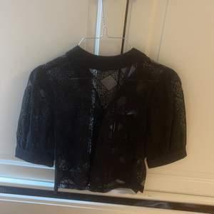 Fin tröja från Loavies med genomskinligt spetsmönster. Aldrig använd med prislappen kvar.