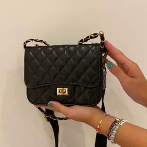 Svart shoulderbag med en avtagbar axelrem ifall man föredrar den lite kortare. Rymmer hyfsat mycket (ex mobil och plånbok). Köpt för 200. 💥Säljer för: 90kr💥 kontakta vid intresse💕