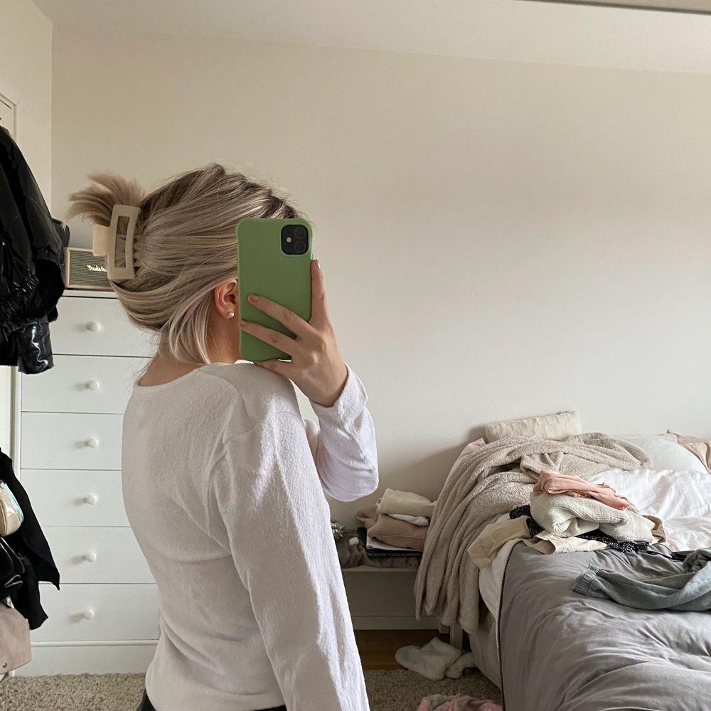 Säljer en vit långärmad tröja i storlek S🤍 kan mötas upp!. Tröjor & Koftor.