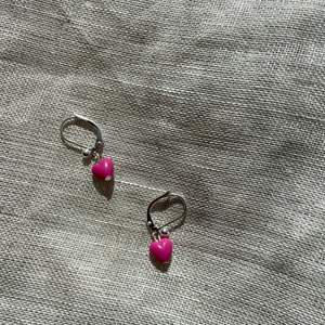 Egentillverkade örhängen med rosa hjärtan!😛✌🏻