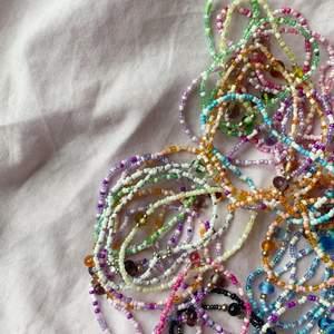 Hej! Kommer på min instagram @enoukii sälja smycken inom kort, tillexempel dessa pärlarmband😋 Även ringar, örhängen och annat kommer dyka upp, följ om du är intresserad utav sjukt najs smycken 💜🧡💜🧡💜
