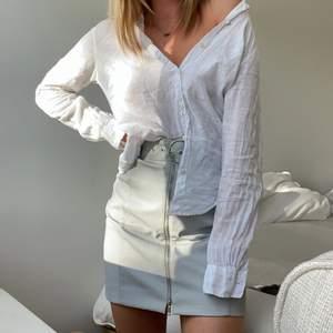 Blå/grå skinnkjol från Weekday med dolt ormskinnsmönster. Dragkedja & skärp i midjan. Storlek 34, passar helt perfekt!!
