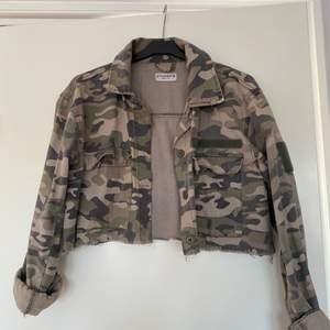 Militärjacka från Pull&Bear som är avklippt till en cropped jacket. Storlek M men passar snarare XS-S