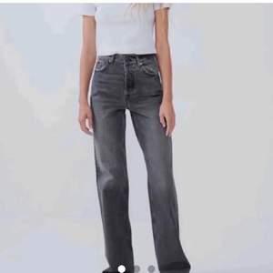 Säljer dom populära jeansen från zara som jag har klippt något kortare (jag är 170 cm). Storlek 36, sparsamt använda