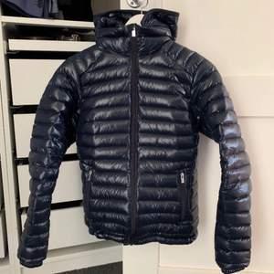 Glansig peak jacka, helt oanvänd! Frakten kostar 66kr! Kontakta mig vid intresse! Köpte den för 3500kr säljer för 1500kr