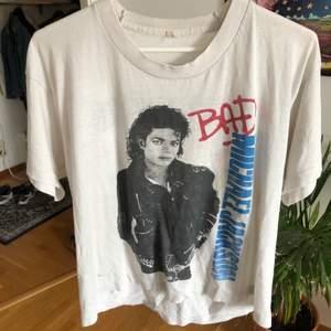 Äkta MJ merch. Köpt 1988 vid konserten på Ullevi. Litet brännhål på ärmen, inte direkt nyskick! Ganska slitet tyg. Nån liten färgfläck också vid nedre kanten