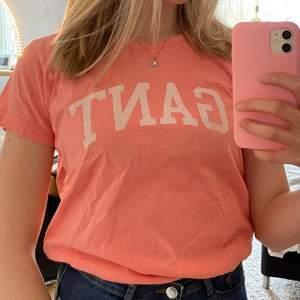 Gant t-shirt i rosa, storlek S. Köparen står för frakten. Hör av dig vid intresse!!