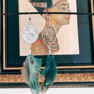 Vackraste fjäderöhängen med sterling silver (925) krokar.