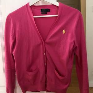Jag säljer denna cardigan för att jag aldrig använder den och jag gillar inte den starka rosa färgen. Den är använd max 2 gånger och den är helt ny. Jag köpte den för ungefär 1300kr och säljer för 450kr. Kontakta min insta @nathaliexoma för frågor💕💕