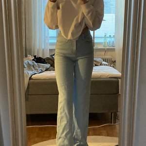 Snygga blåa jeans !! Dom är i bra skick och sparsamt använda 💙💙 formar kroppen väldigt bra .               dom är i storlek 32 men passar bättre som 34 <3 jag är 165 och dom går ner till fötterna på mig !! Buda från 220