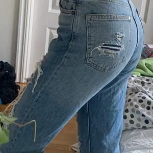 Snygga jeans med hål (inte handgjorda hål). Ändast använda fåtal gånger och är i väldigt bra skick! Sitter perfekt i midjan. Köpta för ca 399kr. Buda i kommentarerna om flera är intresserade, buden höjs med MINST 20kr