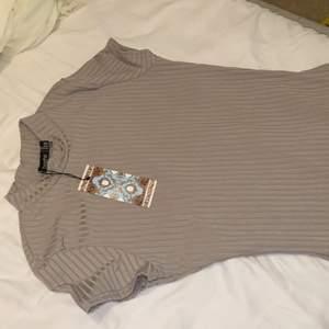 Boohoo klänning aldrig använd hög i halsen storlek 36