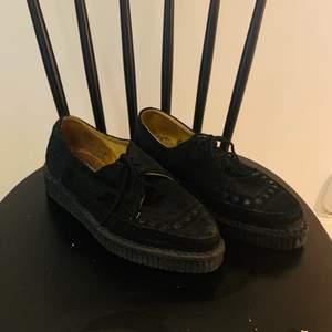 Svarta creepers skor i mocka med spetsig tå, snygga detaljer. Köpta i London på en vintage skobutik. Strl 39  Väldigt fint skick knappt använda.