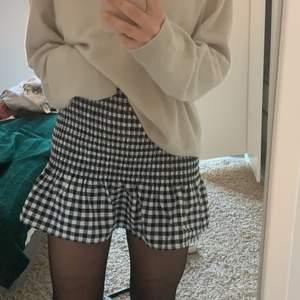 Fin kjol från h&m, använder dock ingenting så säljer den💗väldigt stretchig så passar många olika storlekar