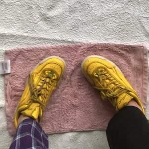 Säljer dessa as coola gula skor från Duffy, då jag har växt ifrån de och är inte riktigt min stil längre 💓😹 De har används ca 3-10 gånger då de var lite för små första gången jag köpte de❤️😍 Ordinarie pris är 300kr💓🥰 De är i storlek 36 och har ett bra material!! 😜