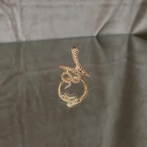 En ring med en stor orm. I färgen guld. Frakt på 12 kr tillkommer, men köper du 3 stycken eller fler är frakten gratis. Hör av er vid intresse eller om ni vill ha fler bilder! 💕