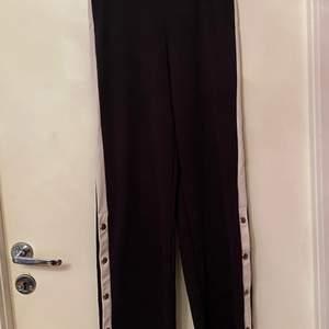 Fina byxor köpta från Kappahl för 249 i butik i Göteborg. Använda fåtal gånger och är i bra skick. Byxorna är ganska långa och är i storlek 152-158. Byxorna går ut vid benen och går att öppna och stänga knapparna.
