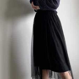 Svart kjol med två laget! Ett i tyll som är lite längre och ett svart lager som slutar strax över knäna! Super fin men endast använd enstaka gång så vill ge den ett nytt hem! Sen är i storlek 36 men midjebandet är väldigt stretshigt och lite tightare så den borde passa xxs-m💗💕
