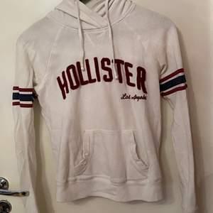 En fin hollister hoodie köpt i butik i Malmö för 300. Är i bra skick och använd kanske 3 gånger Max. Tröjan är i storlek xs men är lite liten i storleken. Skriv till mig för bättre bilder, pris kan diskuteras