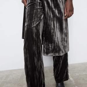 Otroliga snygga och unika byxor från Zara som är i en grå/svart sammets färg💖. Då dom är sammets så ser dom otroligt coola ut på. Det är utsvängda längre ner och jätte sköna. Det är helt nya med prislappen kvar och säljer då dom tyvär inte passar 😢 det är i storlek M men skulle säga att det passar S också. Prislappen finns kvar 💖💖