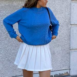 En skön stickad tröja i sååå fin blå färg! Använd en gång så i princip nyskick! Snygg till tenniskjol eller ljus underdel. Sitter oversize på mig som är 172. Om många är intresserade blir det budgivning✨🤑 Glöm inte att kolla in mina andra annonser!