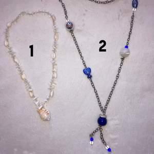 Säljer 2 fina halsband. Halsband 1 är sparsamt använd medans halsband 2 är använde mer. 1. 35kr 2. 25kr