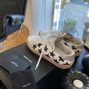 Saint Laurent star sneakers, köptes i Italien för ca 3 år sen för ungefär 5500kr. Tvättade och bytt till de nya skosnörena som medföljde, går säkert att fixa till mer:) Allt på bilden medföljer.