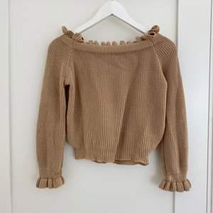 Jättesöt off-shoulder tröja från NA-KD x Pamela Rief som är slutsåld. Jättefin beige färg och har volanger upptill och vid ärmsluten 😇 bra passform. strl XS