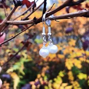 Jätte söta sötvattens pärla örhängen (nickel fria) från mitt och några kompisars uf företag @frontida☀️. En del av vinsten går till välgörenhet!🌟