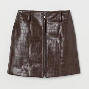 Läderimiterad kjol med dragkedja fram! Aldrig använd. Nypris 399kr, vårt pris 150kr! 🤍💕