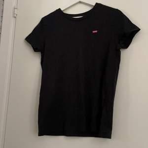 Levi's t-shirt passar xs-m beroende på hur man vill att den ska sitta, kommer inte till användning längre