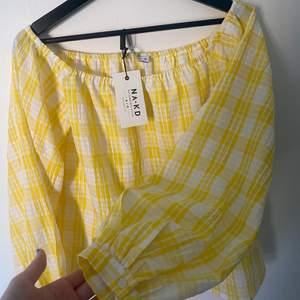 Säljer denna oanvända gula somriga blusen. Aldrig använd och är i perfekt skick. Resor vid axlarna så man kan ha den på två olika sätt. Ballong armar men som även går att knäppa upp och vika upp. Super fin men aldrig kommit till användning!!!