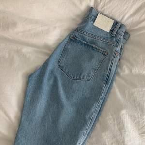 Populära slitna jeans ifrån mango!! Vida i benen, ljusblå färg, storlek 36, passar dig som är en S/36 men också 34 o mman vill ha de lite mer oversized i midjan. 250 kr + frakt.