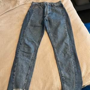 Two tone jeans från Monki, assymetrisk cut vid anklarna. Använd fåtal gånger. Köparen står för frakt 📦 Skick: 9/10
