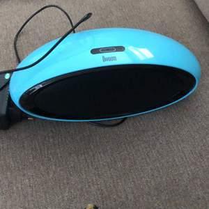 Hej jag säljer en av mina högtalare. Det är bluetooth högtalare. De är bra och högt ljud. Högtalaren är mest testat så använd ett mycket fåtal gånger. Jag kan frakta och köparen står för frakten!! Buda på