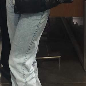 weekday jeans i modellen rowe 27/30 förstora i midjan