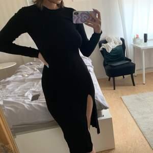 Oanvänd ribbstickad klänning med slits från HM i storlek S!