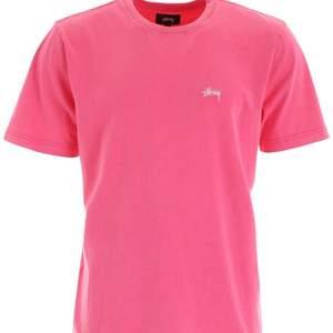 Stussy T shirt. Endast använd fåtal gånger så är som gott som ny.                Ny pris 500kr. Meddela för fler bilder
