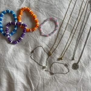 Fina armband samt halsband, alla köpta förra året och knappt använda!💕 De i plast kostar 25kr/st och de i metall kostar 35kr/st!! Priset går att diskutera vid köp av flera smycken✨✨STORLEKEN PÅ DE FLESTA ÄR JUSTERBAR ELLER ELASTISKT BAND!