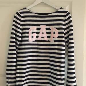 Superfin tröja från GAP med bredare hals. Helt oanvänd i storlek XS. Fraktkostnad tillkommer!