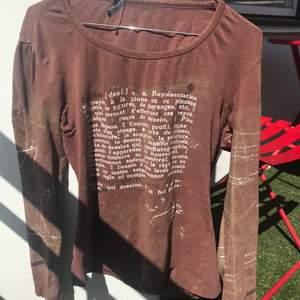 Säljer denna asfina bruna långärmade tröja som tyvärr inte passar mig:/ den har ett litet hål vid lappen (se bild 2 och 3) men annars bra skick knappt ansvälld!