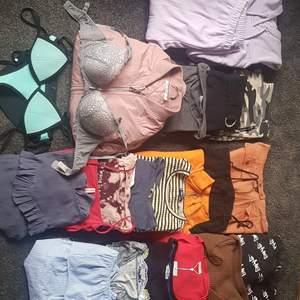 Säljer klädpacket för 500 kronor  23 plagg/delar (Alla kläder är oanvända eller använd max 2 ggr)  1 stickad tröja L 2 omlotttröjor L/M 2 blusar S 2 sweatshirts 5 Tröjor M/L 1 kjol M 2 klänningar M 2 byxor M 1 jacka M 1 mjukisett (hoodie+mjukisbyxor) M 1 bikinisett - S 1 BH - 80 C men snarare 80 B  Totalt värde är ungefär 2 500.  Skriv i PM om du e intresserad, hämtas så fort som möjligt ... Finns i centrala sjöbo