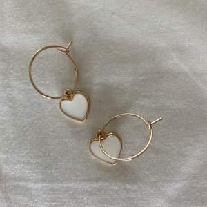 Guldiga örhängen, aldrig använda. Man kan själv ändra om man vill ha vitt eller guld i fram.💖