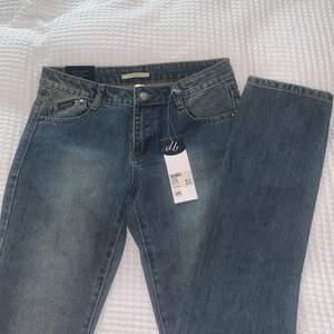 Helt perfekta oanvända lågmidjade raka jeans som tyvärr inte passade mig:( bär normalt denna storlek men de var lite små i midjan så skulle snarare säga att det är en w27/28! Jag är 177cm. Köparen betalar frakt