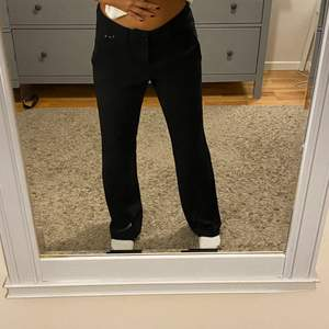 Säljer dessa super snygga raka kostymbyxorna. De är i storlek 32 men passar även 34 då jag på bilden är det! Bra sick men lite noppriga. Hör gärna av dig vid frågor eller fler bilder! Frakt tillkommer❤️😇